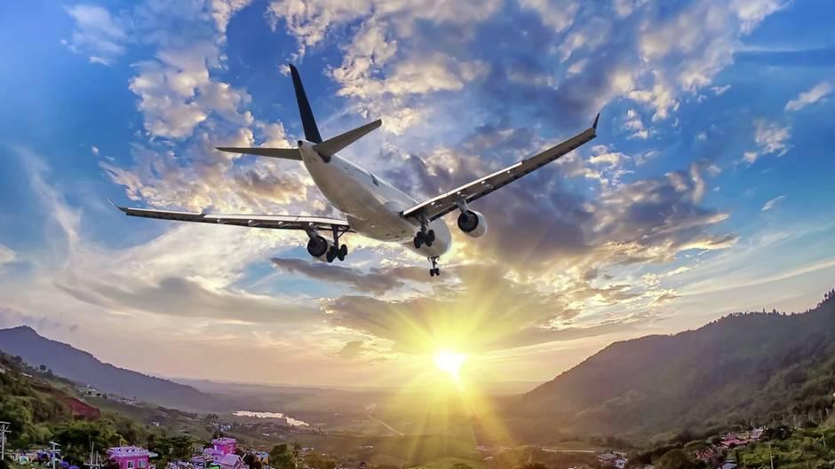 Ein Flugzeug bei der Landung