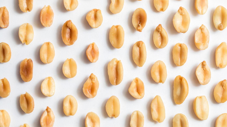 Erdnüsse liegen auf weißem Untergrund