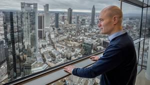 Dirk Schmitz im Blackrock-Büro mit Blick über Frankfurt