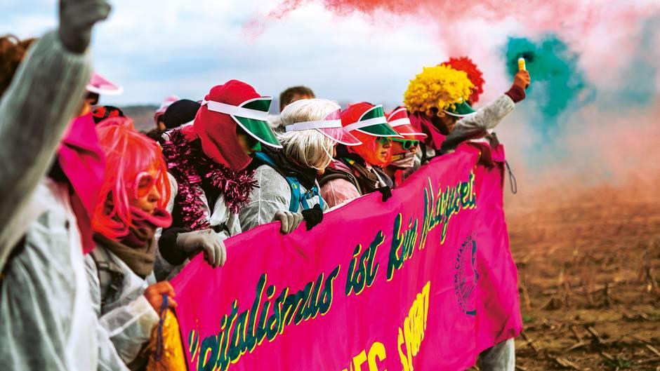 Buntes Volk: Tausende Umweltaktivisten belagerten Mitte Oktober den Tagebau des RWE-Konzerns im Rheinland. Viele von ihnen hatten sich als Clowns verkleidet. Für die Polizei sind ihre Demos dennoch kein Spaß.
