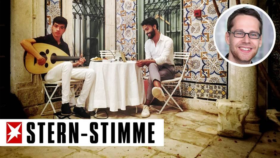 In der Altstadt von Tunis spielt ein junger Mann auf derOud - und alle steigen ein, berichtet stern-Stimme Simon Kremer