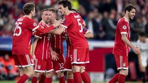 Ist die gute Stimmung wegrotiert? Thomas Müller (l.), Franck Rbéry und Mats Hummels jubel mit Mitspielern im Frühjahr nach einem Tor gegen den FC Sevilla
