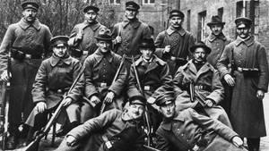 Matrosen posieren am Ende des Ersten Weltkriegs mit Kieler Arbeitern