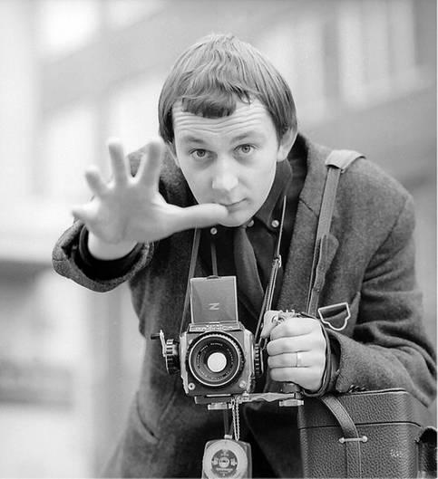 Günter Zint mit Kamera um den Hals