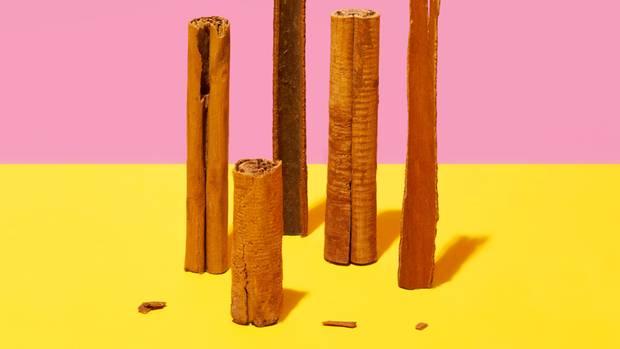 Zimt  Zimt ist nicht gleich Zimt. Es gibt sowohl den Echten Zimt oder Ceylon-Zimt als auch den ursprünglich aus China stammenden Cassia-Zimt. Dieser ist süßer, aromatischer und billiger. In Europa und den USA wird er überwiegend in der Küche verwendet. Auch die meisten Studien zur gesundheitlichen Wirkung werden mit Cassia-Zimt durchgeführt: Er fördert den Appetit, regt die Darmtätigkeit an und wirkt Völlegefühl und Blähungen entgegen – macht Speisen also bekömmlicher. Mit Zimtextrakten lassen sich einige Pilzerkrankungen und Bakterien bekämpfen. Eine Reihevon Laborversuchen zeigt, dass Cassia-Zimt auch den Blutzuckerspiegel senken kann. Sowohl die Insulinausschüttung war dabei höher als auch die Aufnahme von Glukose in die Zellen. Studien am Menschen sind jedoch etwas widersprüchlich: Einige zeigen, dass bereits eine tägliche Einnahme von mindestens einem Gramm über längere Zeit die Insulinwirkung und die Fettverbrennung verbessert. Andere konnten diesen Effekt nicht nachweisen. Zudem enthält Cassia-Zimt den Inhaltsstoff Cumarin, der bei geschwächten und empfindlichen Personen die Leber schädigen kann.