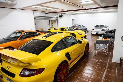 In Yousef Fittianis Garage stehen ein Porsche 911 Turbo Cabriolet (996), ein gelber 911 GT3 RS, der ebenso aus dem Jahr 2007 sta