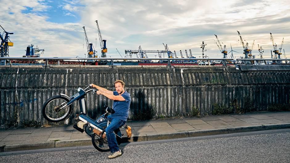 BjarneMädel, 50, auf einem Motorrad im Hamburger Hafen.