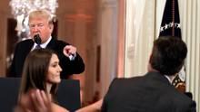 Donald Trump und Jim Acosta geraten bei der Midterms-Pk aneinander