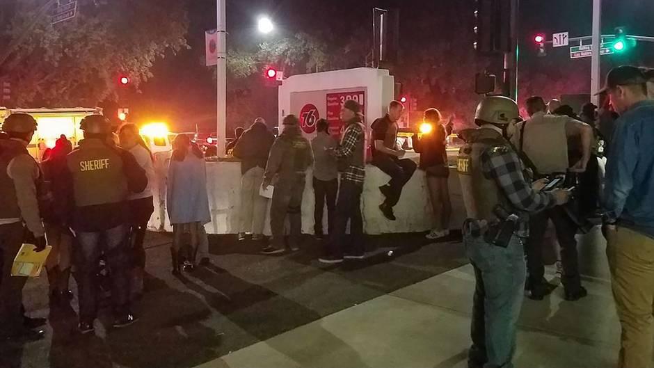 Schüsse in Kalifornien: Polizisten befragen Bar-Besucher