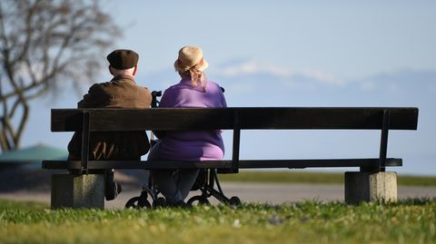 Symbolbild zur Rente: Zwei Senioren sitzen auf einer Parkbank