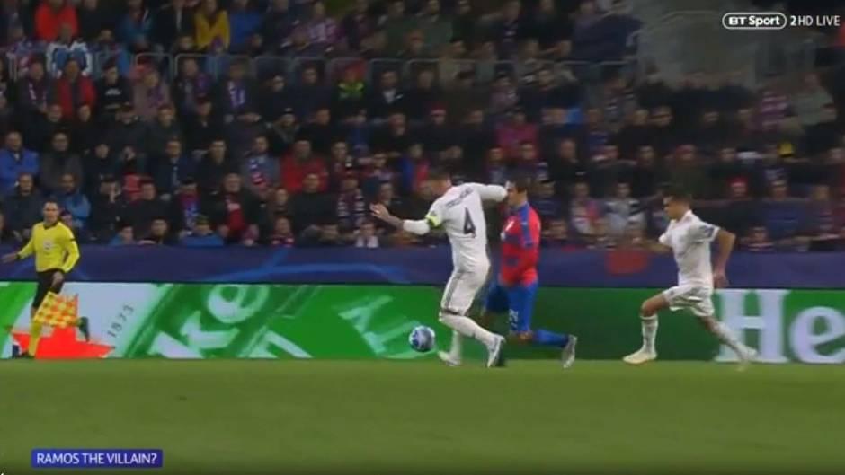 Sergio Ramos erwischt Milan Havel mit dem Ellenbogen an der Nase, der daraufhin ausgewechselt werden muss