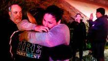 Überlebende der Schießerei in einer Bar im kalifornischen Thousand Oaks trösten sich gegenseitig.