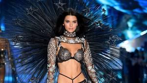 An Halloween verkleideten sich die Kardashians als Victoria's SecretEngel, aber Kendall Jenner ist die einzige aus der Familie, die es in New York auf den Laufsteg geschafft hat.