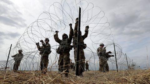 USA, Donna: In Erwartung zahlreicher Flüchtlinge aus Mittelamerika errichten US-Soldaten einen Stacheldrahtzaun