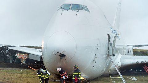 Rettungskräfte stehen vor einem Frachtflugzeug, das von der Landebahn am Halifax Stanfield International Airport gerutscht ist.