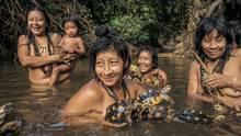 Dorfbewohner genießen ein morgendliches Bad am Awá-Posten. Die Köhlerschildkröten und die Waldschildkröten, mit denen sie hier noch spielen, werden sie irgendwann wahrscheinlich essen.