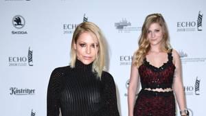 Sängerin Michelle posiert in schwarzen Overknees, Hotpants und Top beim Echo 2018 für die Fotografen