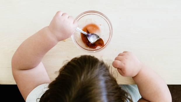 Ein dickes Kind isst eine Nachspeise