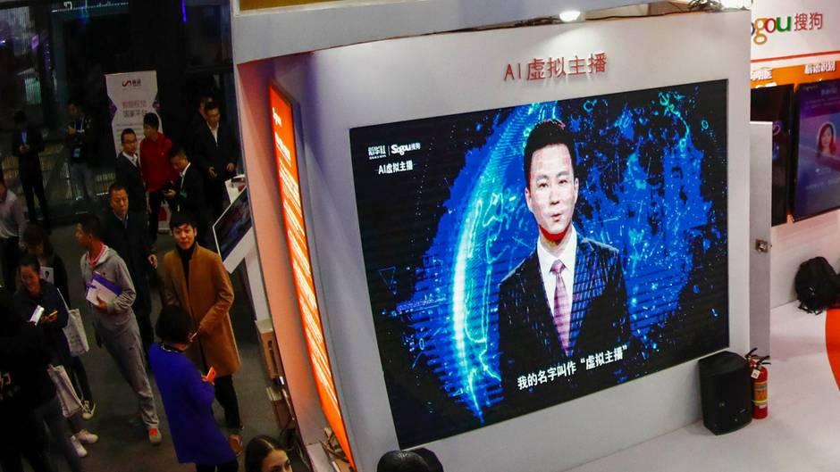 Ein virtueller Nachrichtensprecher auf einem Großbildschirm