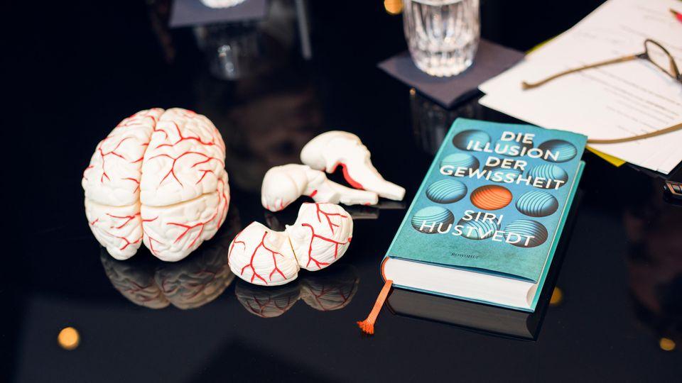 """Vielseitige Autorin: """"Die Illusion der Gewissheit""""(Rowohlt, 416 S., 24 Euro) heißt der neue Essayband von Siri Hustvedt. Ihr Nervenleiden beschreibt sie in """"Die zitternde Frau""""(Rowohlt, 236 S., 8,99 Euro)."""