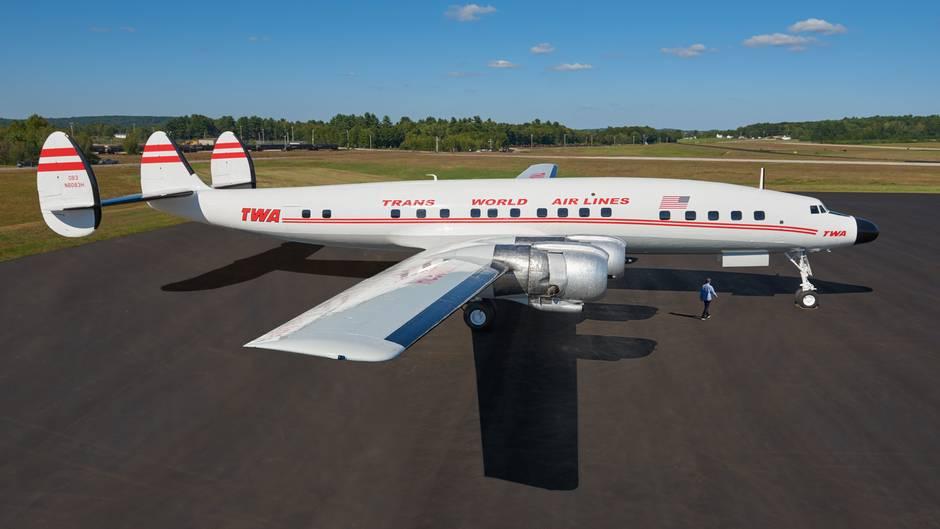 Nicht nur für Luftfahrtenthusiastenist die Super Constellation das schönste jemals gebaute Luftfahrzeug.2017 wurde das Flugzeug von MCR und Morse Development gekauft, die das leerstehende TWA Terminalam JFK-Airport in einHotel verwandeln. Jetzt strahlt dieMaschine wieder in den Farben der Trans World Airline.