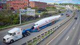 Der 35 Meter lange Rumpf auf dem speziellen Anhänger. Doch die Fahrtauf dem Interstate 95 verlief nicht ohne Zwischenfälle...