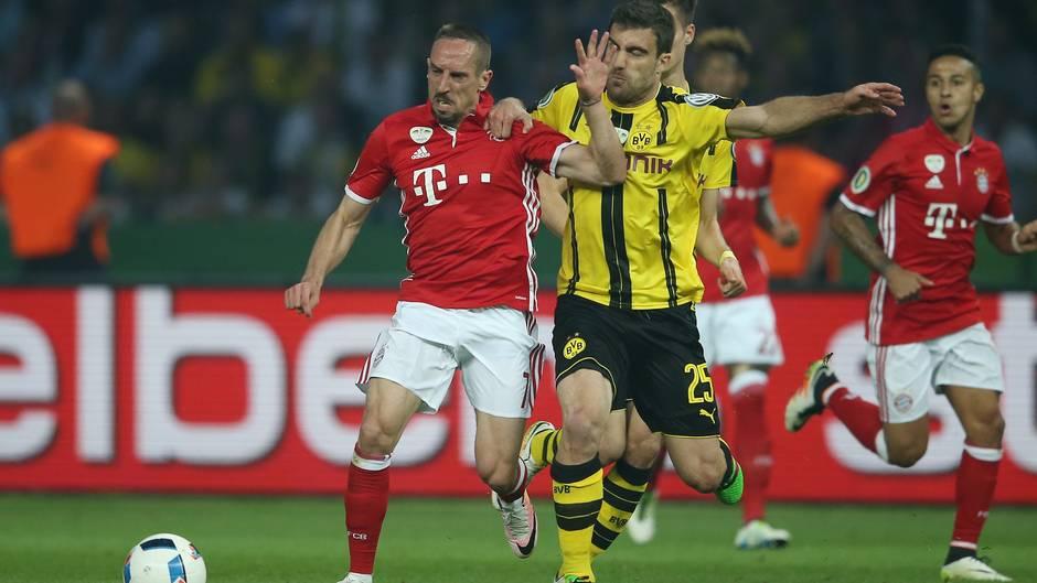 Bissige Duelle  Der nächste Höhepunkt: Im Mai 2016 gab es erneut ein heftig umkämpftes Pokal-Finale. Damals musste sich Franck Ribérygegen den bissigen Sokratis wehren. Die Bayern setzten sich im Elfmeterschießen durch und Pep Guardiola vergoss danach Tränen.