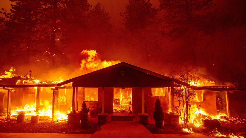 Ein brennendes Haus in Paradise, Kalifornien