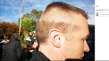 Feuerwehrmann mit halbfertiger Frisur