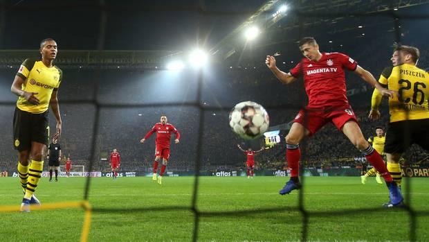 Robert Lewandowski trifft zum zwischenzeitlichen 2:1 für den FC Bayern gegen Borussia Dortmund