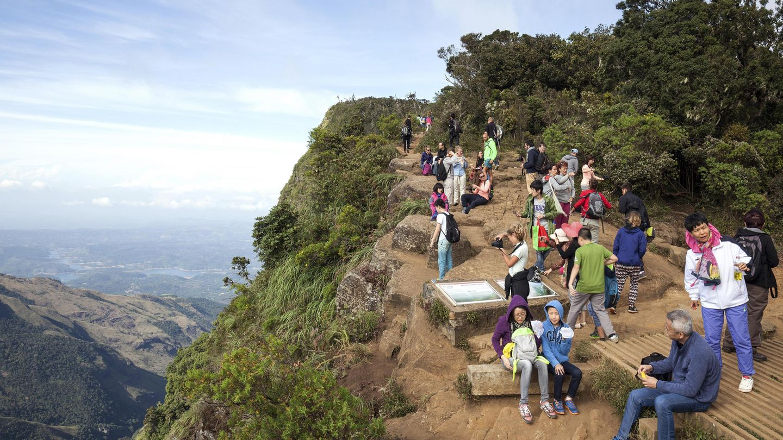 Touristen am Aussichtspunkt von World 's End im Horton Plains National-Park in Sri Lanka