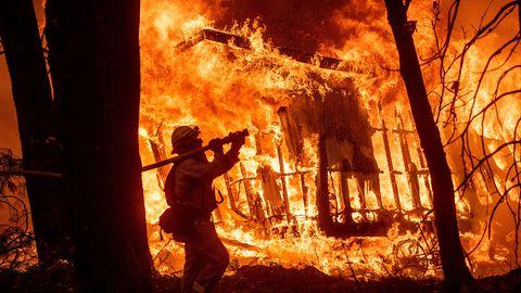 USA, Kalifornien: Feuerwehrmann Jose Corona ist bei einem Waldbrand im Einsatz