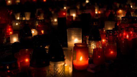 Verschiedene Kerzen erhellen die Dunkelheit