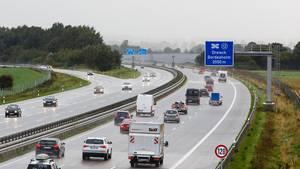 Ein Motorradfahrer ist als Geisterfahrer über den Standstreifen der Autobahn 5 in Baden-Württemberg gefahren (Symbolbild)