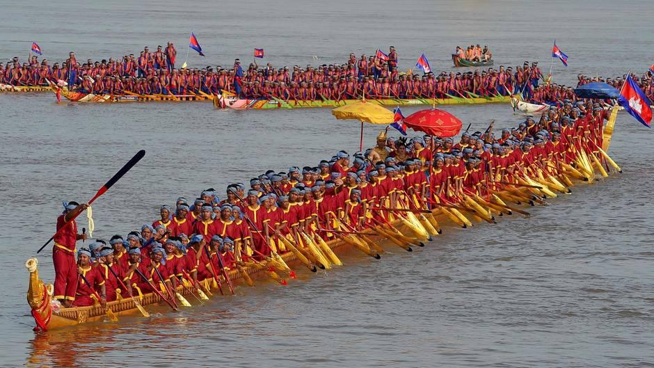 Prey Veng, Kambodscha. 179 Ruderer haben im weltgrößten Drachenboot bei einer Zeremonie auf dem Mekong Platz genommen. Mit dem gut 87 Meter langen Holzboot sicherte sich Kambodscha den Guiness-Welt-Rekord.