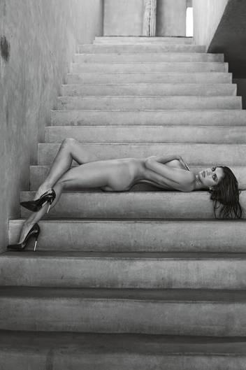 Nur mit High Heels an den Füßen räkelt sich Sara Sampaio auf den Steinstufen. Das Motiv entstand im Jahr 2016.