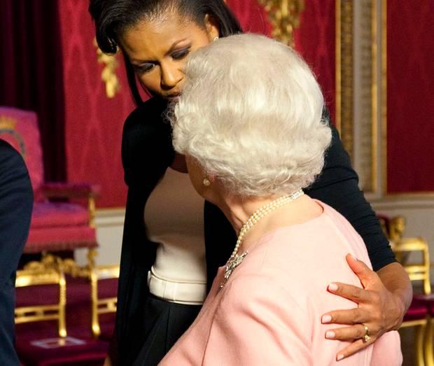 Michelle Obama legt Queen Elizabeth II. im April 2009 im Buckingham Palast den Arm um die Schulter