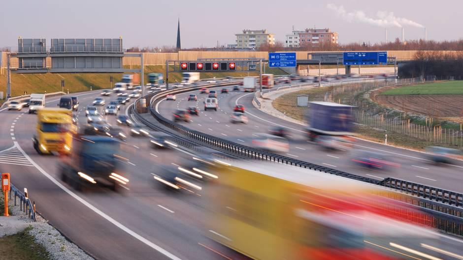 Autos und Lkw fahren auf einer Autobahn in Deutschland. Durch die Bewegung sind die Fahrzeuge unscharf