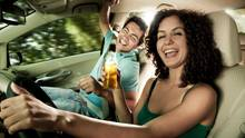 Wer trinkt, verliert den Versicherungsschutz  Stimmt auch nicht. Unfallgegner werden von der Haftpflicht immer entschädigt. Aber selbst wer betrunken sein Auto an die Wand fährt, kann den Schaden von seiner Vollkaskoversicherung ersetzt bekommen. Nämlich dann, wenn auch Schäden abgedeckt sind, die in Folge grober Fahrlässigkeit entstehen. Diese Klausel empfiehlt sich nicht nur für Trinker, sie greift auch, wenn ein Unfall verschuldet wird, weil in der Handtasche gekramt oder mit dem Handy hantiert wurde.