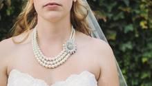 Frau in Hochzeitskleid