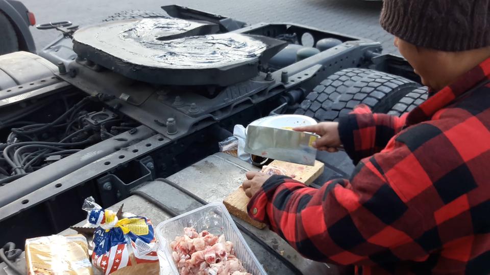 Ein philippinischer Fahrer schneidet Hähnchenfleisch