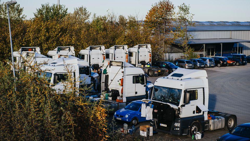 Auf dem Gelände der NTG in Höingen stehen regelmäßig die Lkw, in denen die Filipinos leben.