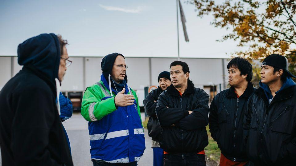 Edwin Atema von der niederländischen Transportgewerkschaft FNV mit philippinischen Fahrern