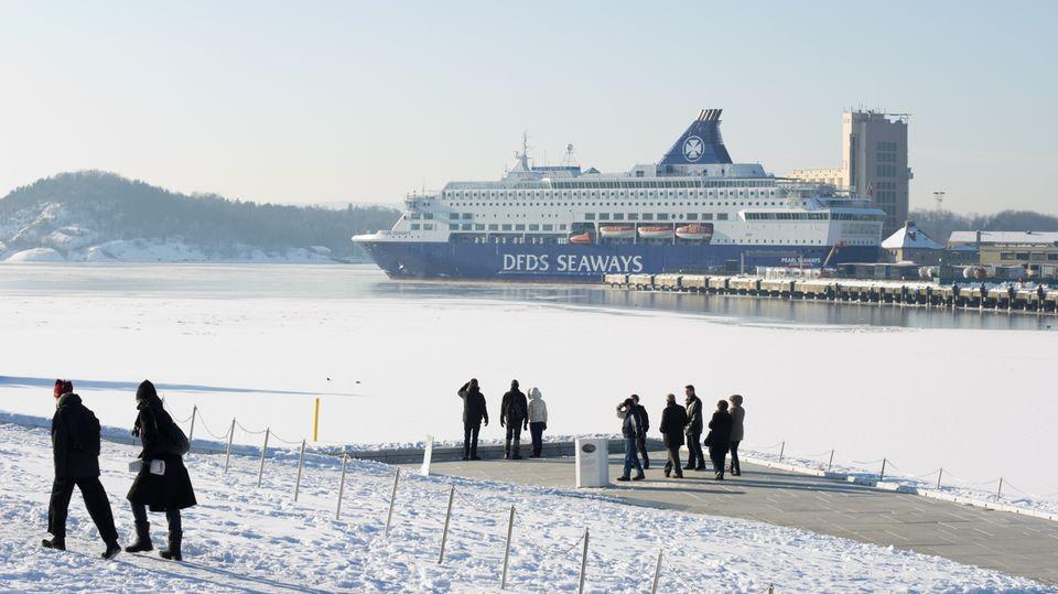 Winterliche Szene am Oslo-Fjord: Spaziergänger beobachten das Auslaufen einer Fähre.