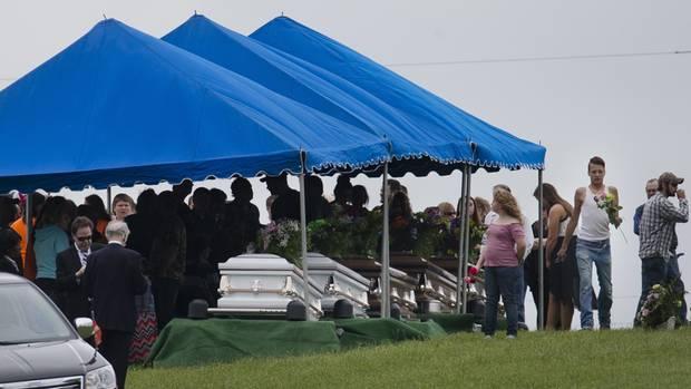 Der Fall löste 2016 ein gewaltiges Medieninteresse aus. Dies ist ein Bild von der Beerdigung von sechs der acht Opfer.