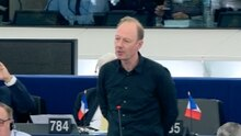 Satiriker MArtin Sonneborn steht an seinem Platz im EU-Parlament vor einem Mikrofon und spricht