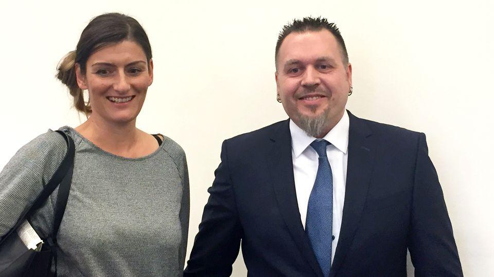 München: Polizeioberkommissar Jürgen Prichta und seine Ehefrau Antje stehen am Bayerischen Verwaltungsgerichthof