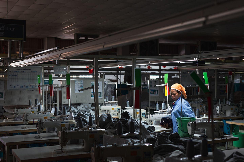 Näherin in einer Textilfabrik in Kabodscha