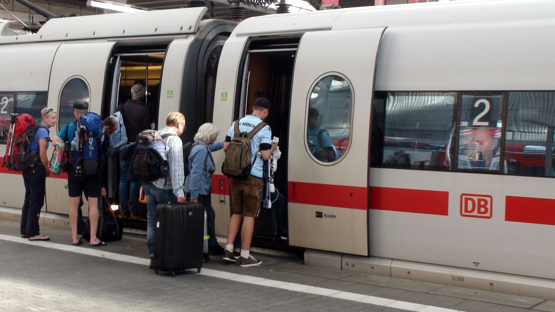 Mehr als zwei Stunden zu spät, weil der Zug nicht kam? Bislang gibt es bei solchen Verspätungen in Deutschland höchstens die Hälfte des Ticketpreises zurück. Das EU-Parlament will die Rechte von Bahnkunden verbessern.