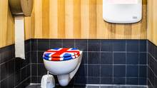 Die Toilettenkabine des Jubiloo, dem wohl patriotischsten Klo der Stadt, steht neben dem London Eye am Ufer der Themse. Ein Architekt hat das Häuschen entworfen, gespült wird mit Regenwasser.